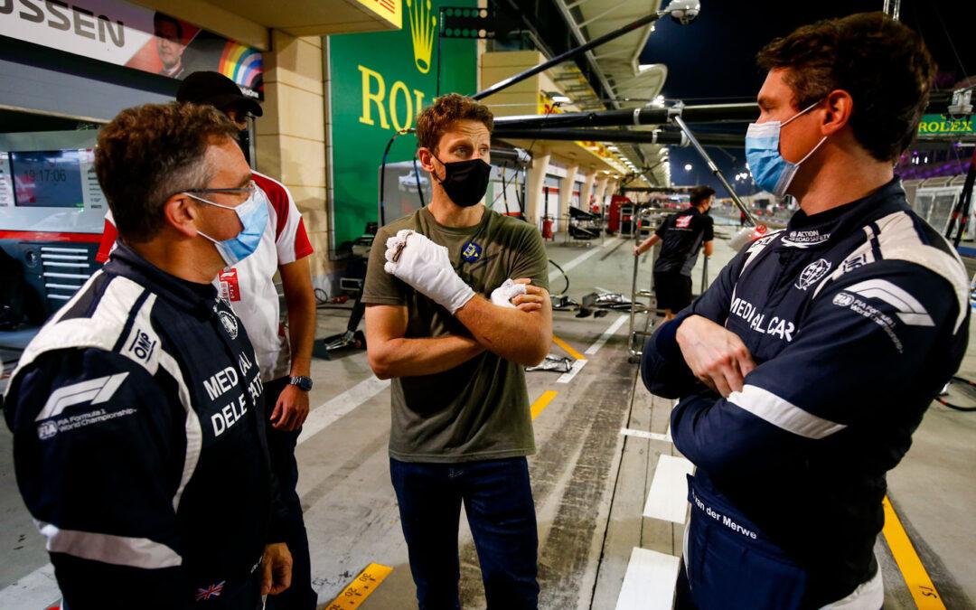 Video – Grosjean is terug in de paddock en ontmoet hulpverleners