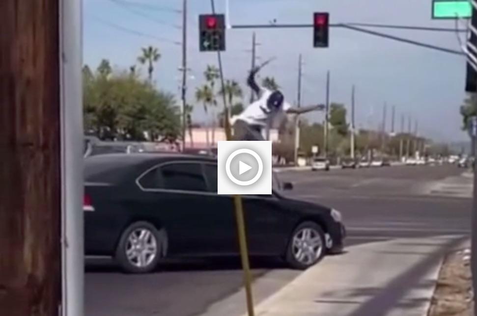 Video: man schopt ruit kapot, wordt overreden