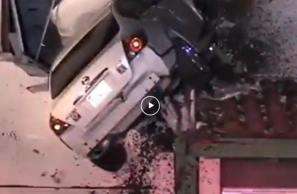 Video – Nissan Altima kopt voorgevel huis