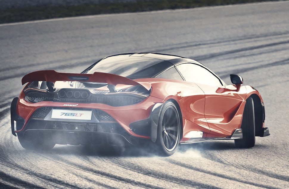 Video – is de Ferrari F8 opgewassen tegen de McLaren 765LT?
