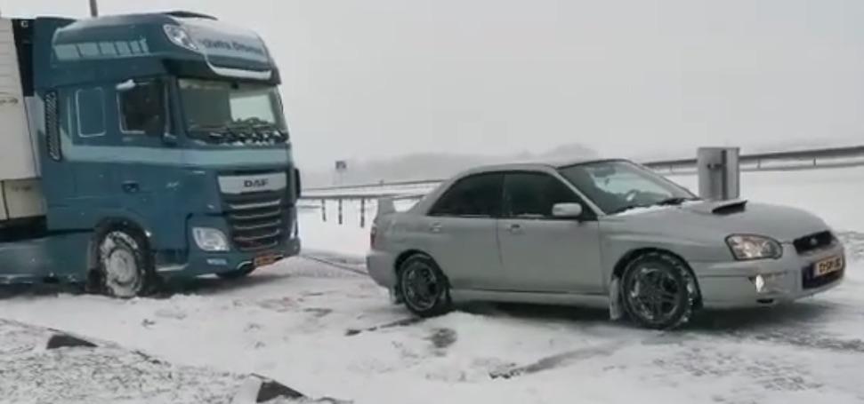 Video: Nederlandse Subie trekt vrachtwagen uit de sneeuw