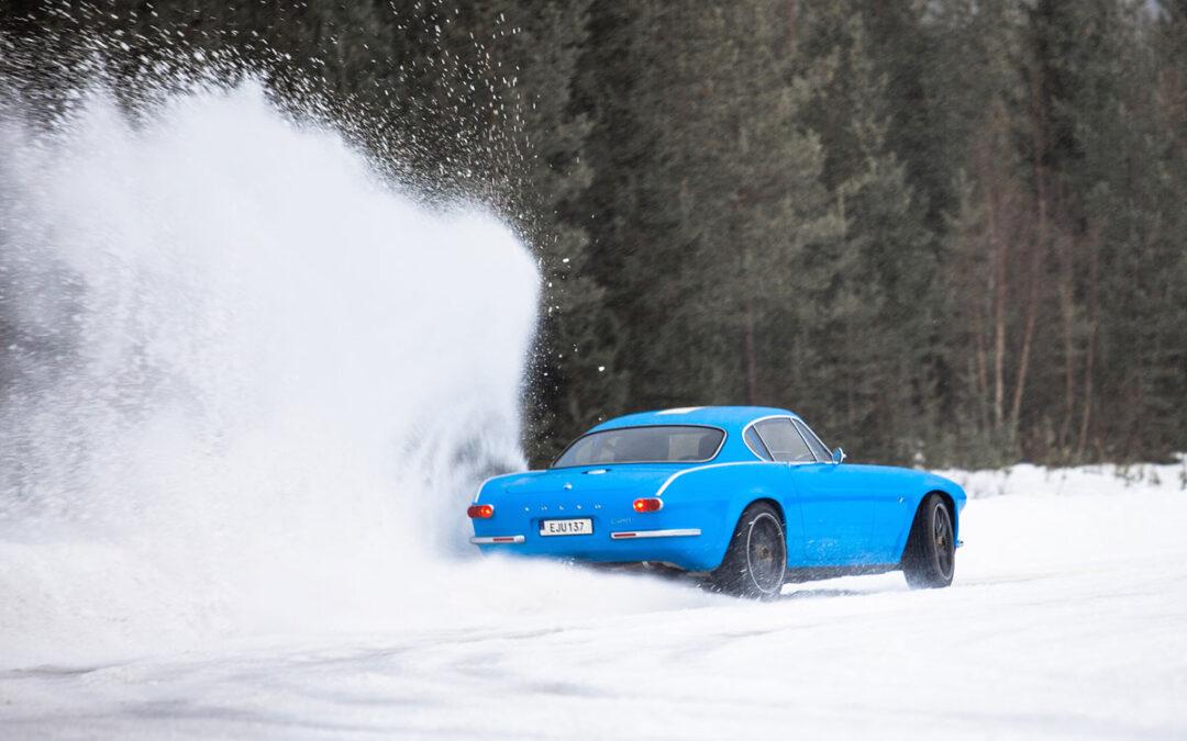 Video – Volvo P1800 Cyan gaat los in de sneeuw
