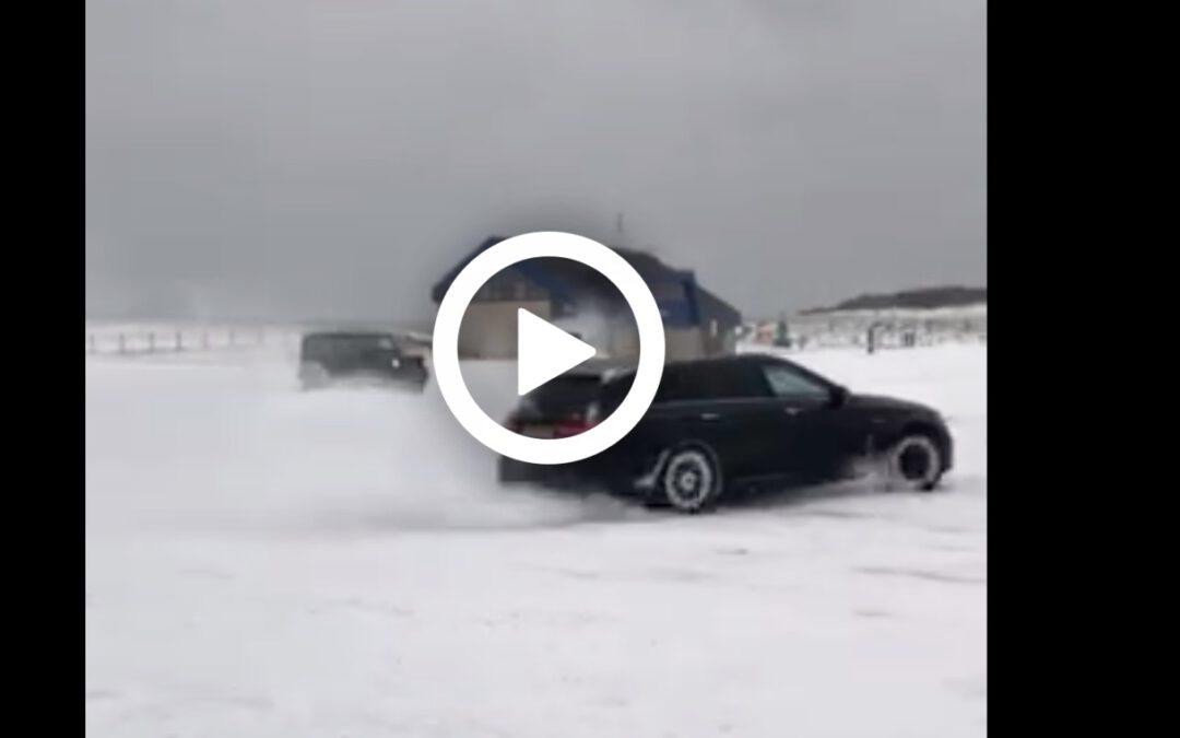 Video: V8'en gaan los in de sneeuw in Katwijk