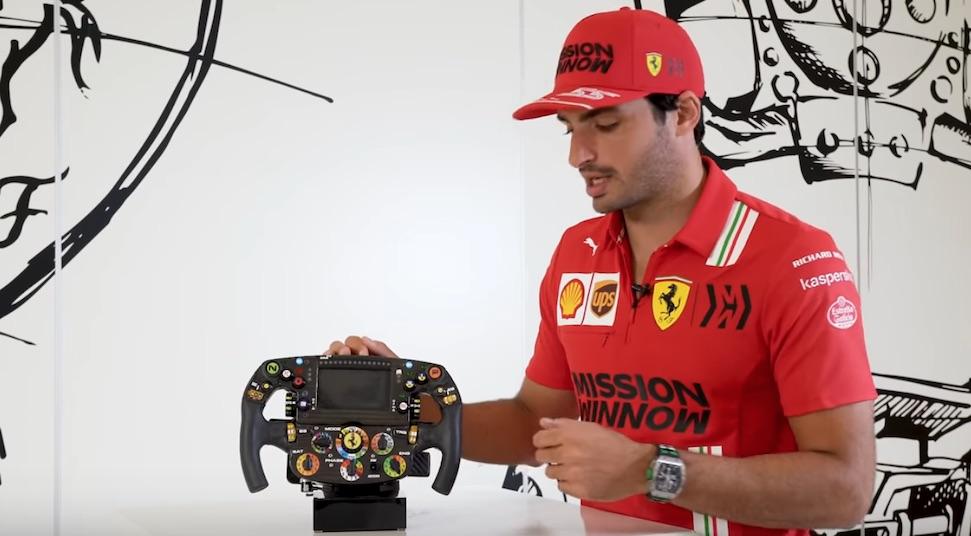 Video: Carlos Sainz legt Ferrari stuurwiel uit