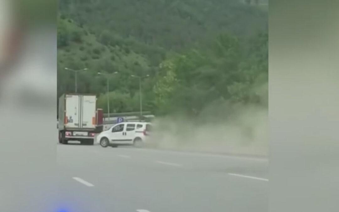 Video – Fiat Qubo zoekt ruzie met vrachtwagen